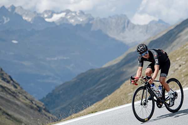 How does the pressure on the saddle change in a very sporty riding position?